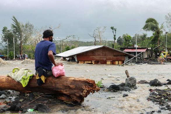Một ngày siêu bão đổ bộ 3 lần, dân Philippines thất thần nhìn mọi thứ bị cuốn trôi - Ảnh 1.