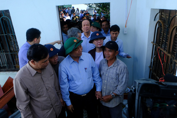 Thủ tướng thăm người dân vùng bão lũ Quảng Ngãi, Quảng Nam - Ảnh 1.