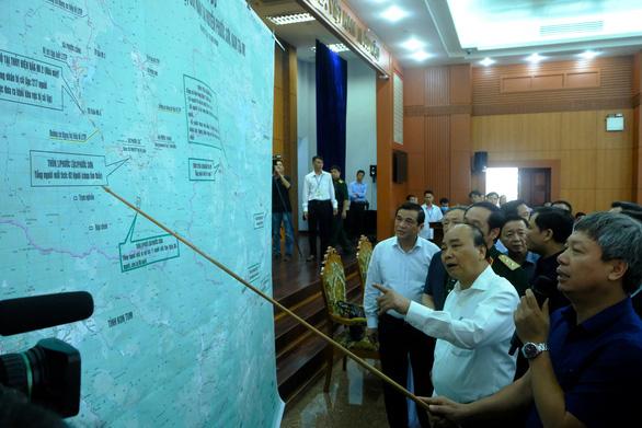 Thủ tướng bàn biện pháp khắc phục bão lũ cùng các bộ ngành, địa phương - Ảnh 1.