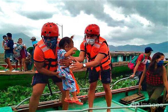 Siêu bão Goni đổ bộ miền Trung Philippines, bắt đầu suy yếu - Ảnh 2.