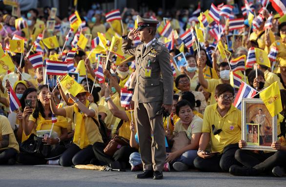 Người Thái rủ nhau xuống đường bảo vệ hoàng gia thân yêu - Ảnh 4.