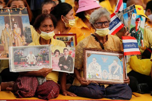 Người Thái rủ nhau xuống đường bảo vệ hoàng gia thân yêu - Ảnh 5.