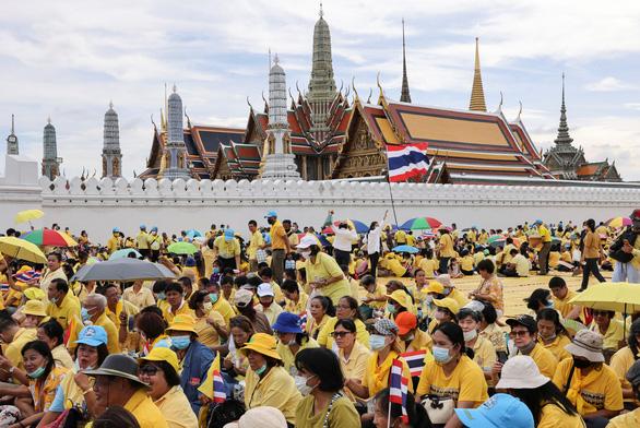 Người Thái rủ nhau xuống đường bảo vệ hoàng gia thân yêu - Ảnh 3.