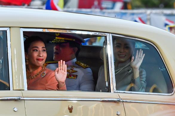 Người Thái rủ nhau xuống đường bảo vệ hoàng gia thân yêu - Ảnh 2.