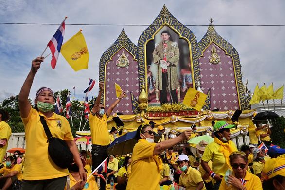 Người Thái rủ nhau xuống đường bảo vệ hoàng gia thân yêu - Ảnh 7.