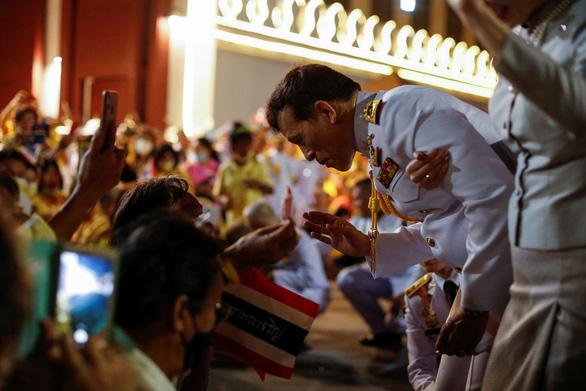 Người Thái rủ nhau xuống đường bảo vệ hoàng gia thân yêu - Ảnh 1.