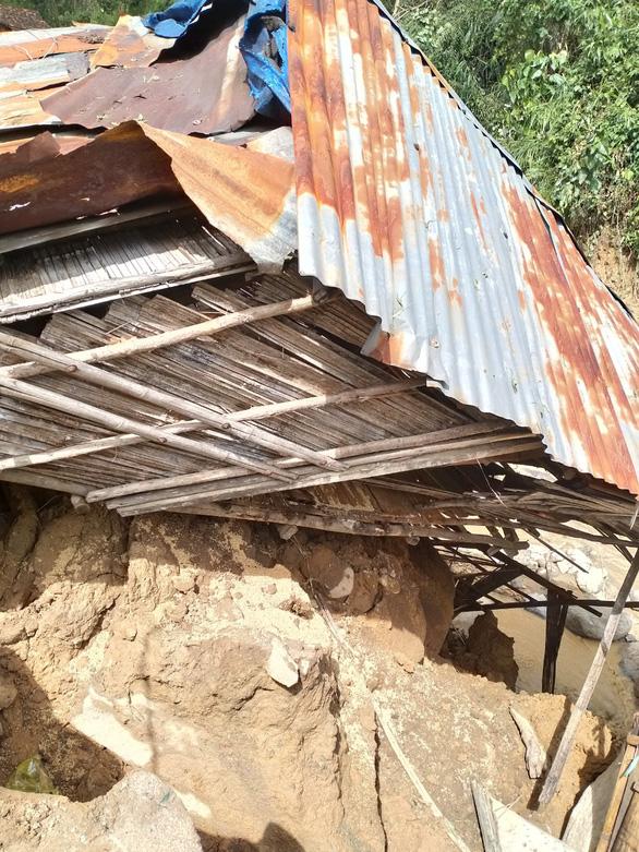Sạt lở kèm lũ quét ở miền núi Quảng Ngãi, cả ngôi làng bị cuốn trôi, tạo thành dòng chảy mới - Ảnh 3.