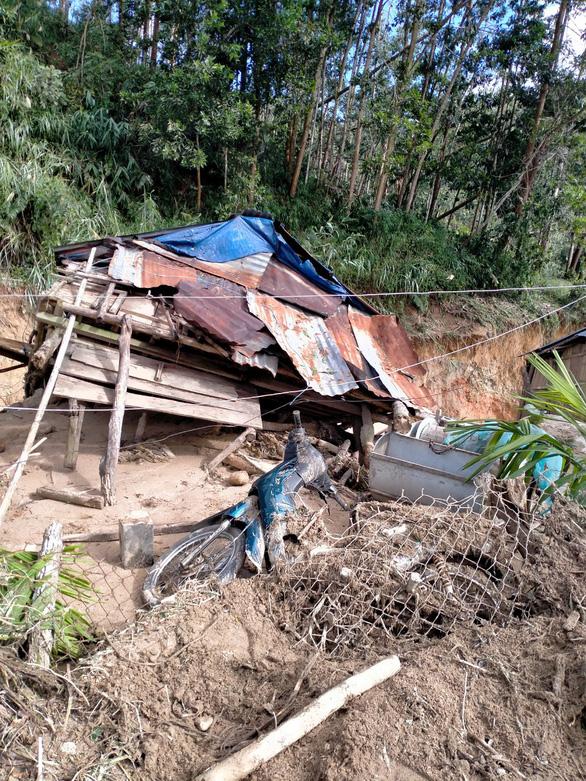 Sạt lở kèm lũ quét ở miền núi Quảng Ngãi, cả ngôi làng bị cuốn trôi, tạo thành dòng chảy mới - Ảnh 5.