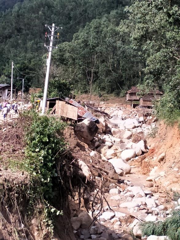 Sạt lở kèm lũ quét ở miền núi Quảng Ngãi, cả ngôi làng bị cuốn trôi, tạo thành dòng chảy mới - Ảnh 6.