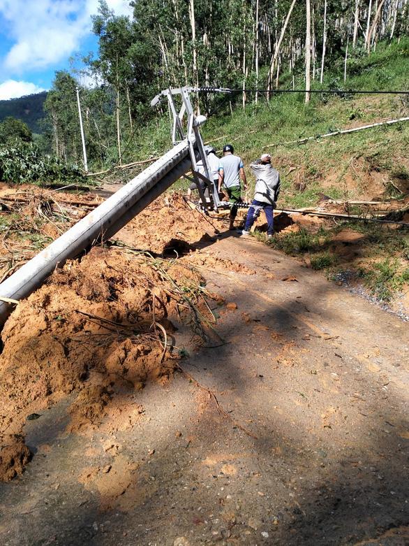 Sạt lở kèm lũ quét ở miền núi Quảng Ngãi, cả ngôi làng bị cuốn trôi, tạo thành dòng chảy mới - Ảnh 7.