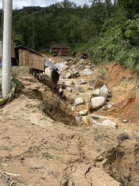 Sạt lở kèm lũ quét ở miền núi Quảng Ngãi, cả ngôi làng bị cuốn trôi, tạo thành dòng chảy mới - Ảnh 1.
