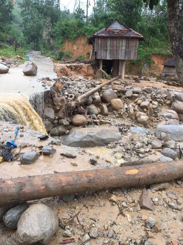 Sạt lở kèm lũ quét ở miền núi Quảng Ngãi, cả ngôi làng bị cuốn trôi, tạo thành dòng chảy mới - Ảnh 4.