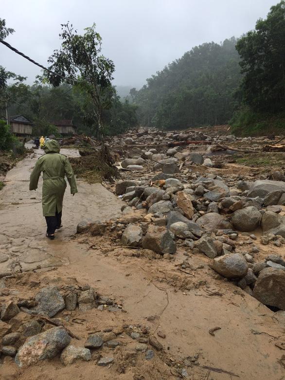 Sạt lở kèm lũ quét ở miền núi Quảng Ngãi, cả ngôi làng bị cuốn trôi, tạo thành dòng chảy mới - Ảnh 8.