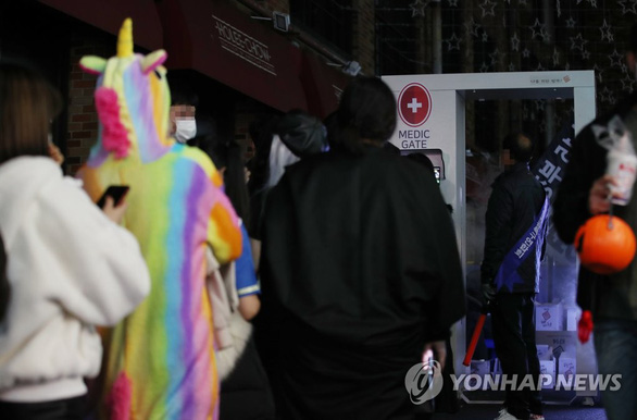 Hơn 100 ca COVID-19 mỗi ngày, Hàn Quốc buộc đeo khẩu trang ở cả tiệm cắt tóc - Ảnh 1.