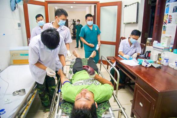Quân y Trường Sa cấp cứu 2 ngư dân Quảng Ngãi bị nạn trên biển - Ảnh 2.