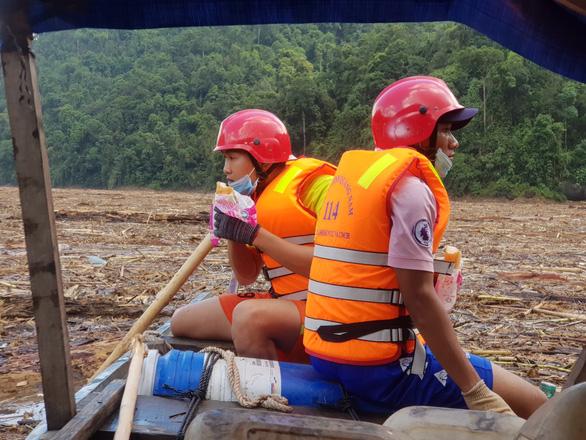 Quần thảo trên sông tìm kiếm người mất tích Trà Leng - Ảnh 4.