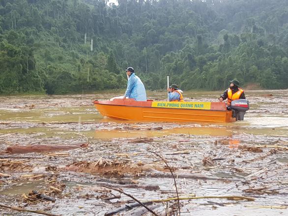 Quần thảo trên sông tìm kiếm người mất tích Trà Leng - Ảnh 2.