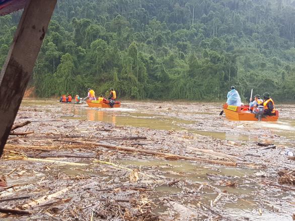Sạt lở Trà Leng: Tìm thấy một thi thể trên sông, còn 13 người mất tích - Ảnh 1.