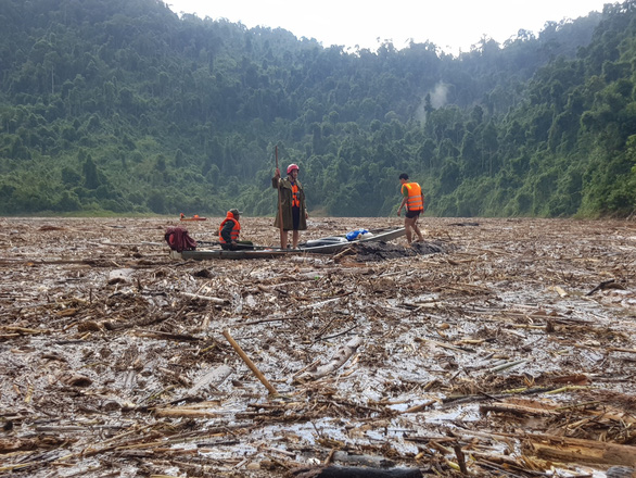 Quần thảo trên sông tìm kiếm người mất tích Trà Leng - Ảnh 5.