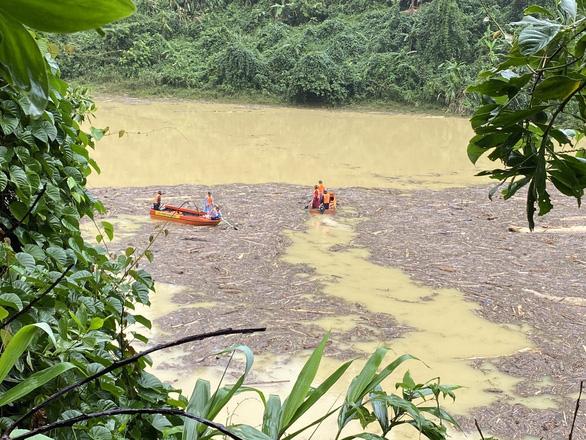 Quần thảo trên sông tìm kiếm người mất tích Trà Leng - Ảnh 1.