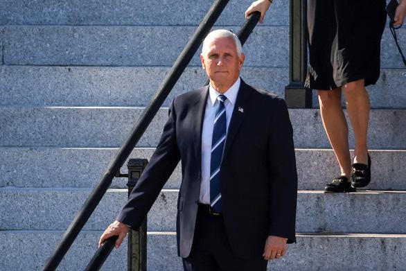 Phó tổng thống Mỹ Mike Pence đi nghỉ mát giữa lúc nước sôi lửa bỏng - Ảnh 1.