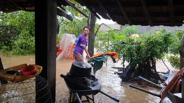 Phú Yên: Lũ dâng nhanh ở nhiều nơi sau bão - Ảnh 4.