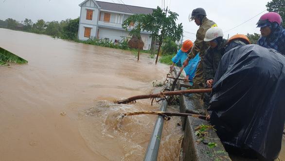 Phú Yên: đi xem nước lũ, 1 người bị cuốn mất tích - Ảnh 1.