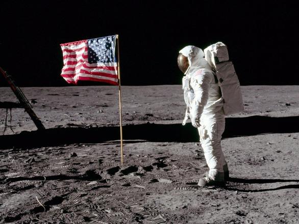 Đấu giá ảnh Neil Armstrong trên Mặt Trăng và nhiều ảnh hiếm của NASA - Ảnh 3.