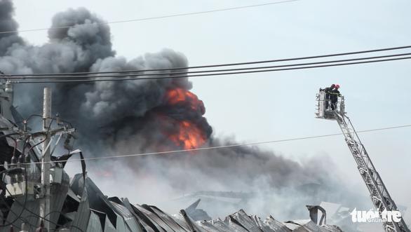 Cháy nhà máy sản xuất thực phẩm trong khu công nghiệp Hiệp Phước - Ảnh 8.