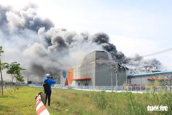 Cháy nhà máy sản xuất thực phẩm trong khu công nghiệp Hiệp Phước - Ảnh 2.