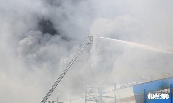 Cháy nhà máy sản xuất thực phẩm trong khu công nghiệp Hiệp Phước - Ảnh 3.