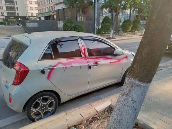 Bảo vệ xịt sơn lên ôtô vì chủ phương tiện không gửi xe trong bãi - Ảnh 1.