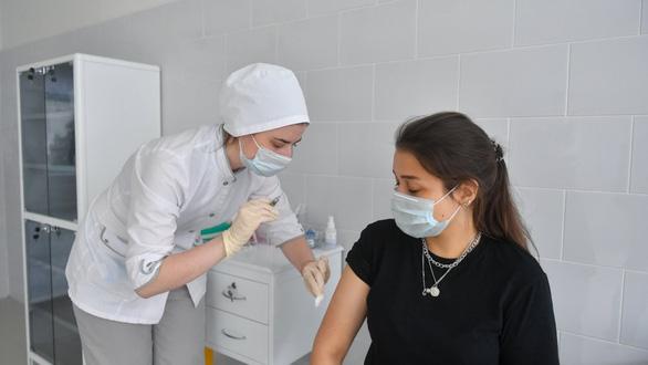 Vắc xin COVID-19: Các hãng dược đua nhau công bố, giới khoa học lại lo - Ảnh 2.