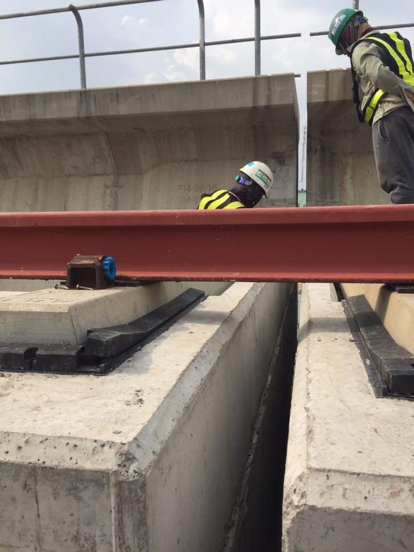 Đã khắc phục sự cố gối cao su trên dầm cầu cạn metro số 1 bị rớt - Ảnh 2.