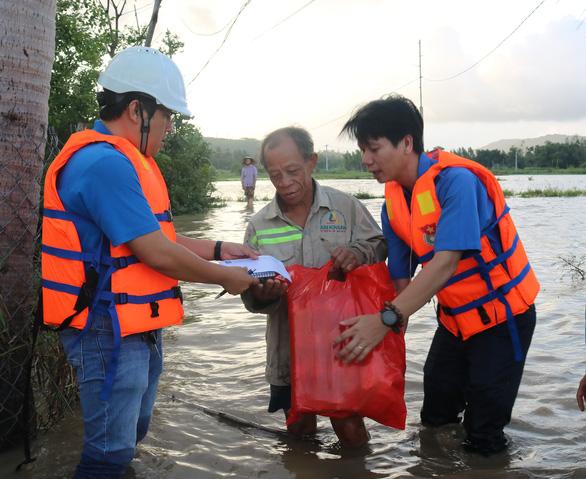 Báo Tuổi Trẻ cứu trợ khẩn cấp người dân vùng ngập lũ tỉnh Phú Yên - Ảnh 1.