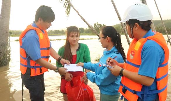 Báo Tuổi Trẻ cứu trợ khẩn cấp người dân vùng ngập lũ tỉnh Phú Yên - Ảnh 2.