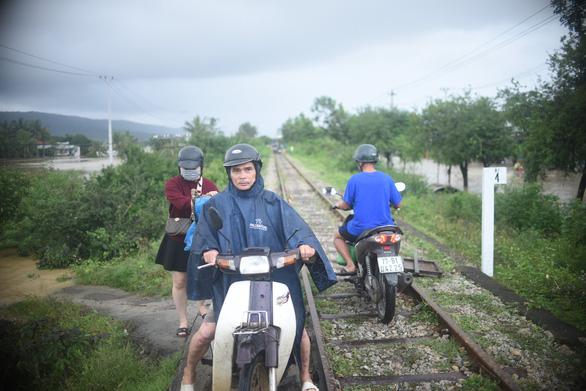 Tránh ngập, người Quy Nhơn phải chạy xe máy... lên đường ray xe lửa - Ảnh 1.