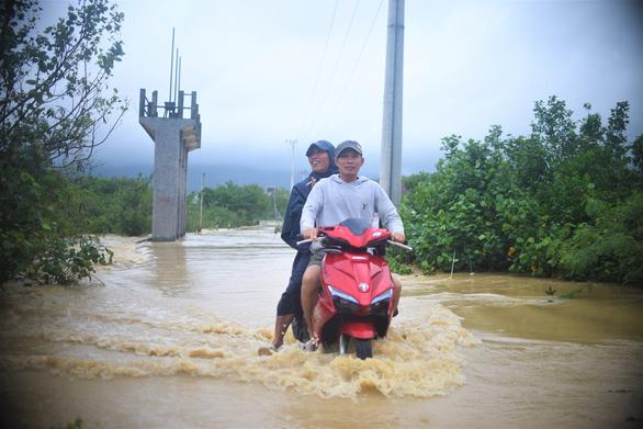 Tránh ngập, người Quy Nhơn phải chạy xe máy... lên đường ray xe lửa - Ảnh 3.