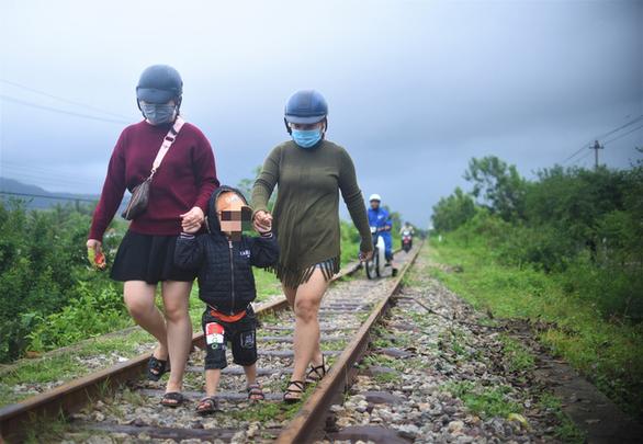 Tránh ngập, người Quy Nhơn phải chạy xe máy... lên đường ray xe lửa - Ảnh 4.