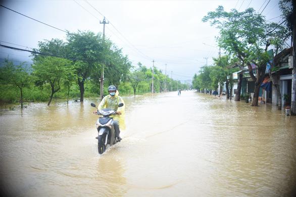 Tránh ngập, người Quy Nhơn phải chạy xe máy... lên đường ray xe lửa - Ảnh 2.