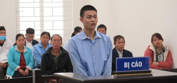 Nam sinh sát hại bà nội bật khóc nức nở khi tòa tuyên tử hình - Ảnh 1.