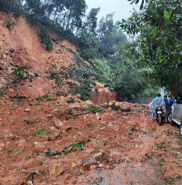 Quảng Nam: Cầu tạm mới dựng lên đã bị vùi, nhiều tuyến đường tê liệt - Ảnh 3.