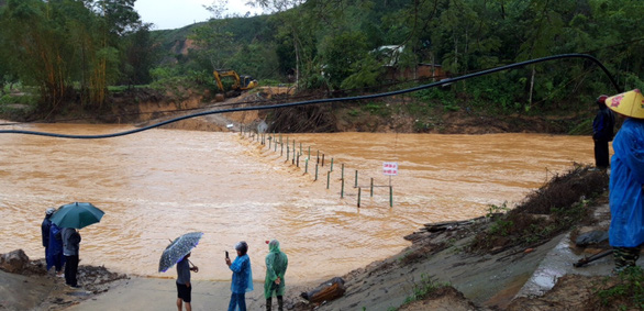 Quảng Nam: Cầu tạm mới dựng lên đã bị vùi, nhiều tuyến đường tê liệt - Ảnh 1.