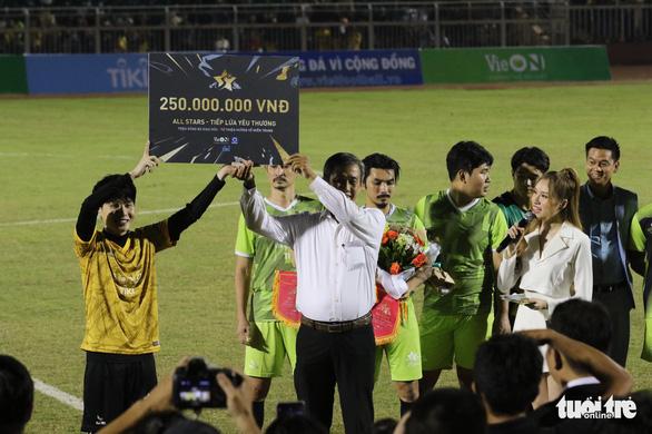 Đội của Quang Hải thua ca sĩ Jack ở trận bóng đá ủng hộ đồng bào miền Trung - Ảnh 13.