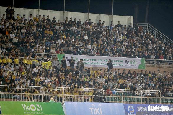 Đội của Quang Hải thua ca sĩ Jack ở trận bóng đá ủng hộ đồng bào miền Trung - Ảnh 1.