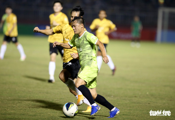 Đội của Quang Hải thua ca sĩ Jack ở trận bóng đá ủng hộ đồng bào miền Trung - Ảnh 2.