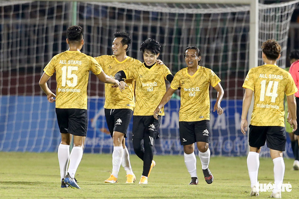 Đội của Quang Hải thua ca sĩ Jack ở trận bóng đá ủng hộ đồng bào miền Trung - Ảnh 3.