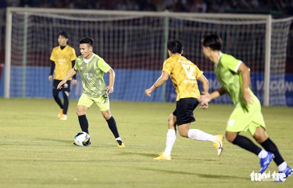 Đội của Quang Hải thua ca sĩ Jack ở trận bóng đá ủng hộ đồng bào miền Trung - Ảnh 4.