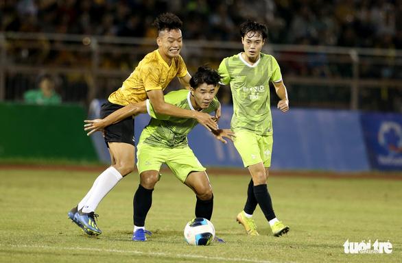 Đội của Quang Hải thua ca sĩ Jack ở trận bóng đá ủng hộ đồng bào miền Trung - Ảnh 5.