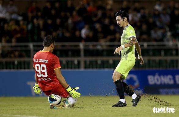 Đội của Quang Hải thua ca sĩ Jack ở trận bóng đá ủng hộ đồng bào miền Trung - Ảnh 6.